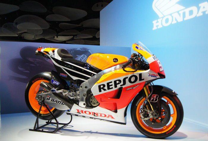 現場也運來Moto GP冠軍車手Marc Marquez的比賽車輛一同展示。 記...