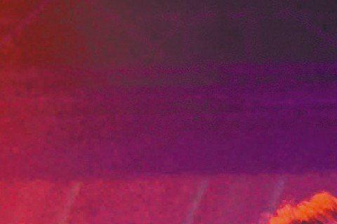 「超級偶像」出身的朱俐靜昨晚在台北華山Legacy開唱,化身美人魚閃耀舞台,實際上,她也正如童話裡的美人魚一樣,腳傷難行,努力克制露出痛苦的表情。因她去年底受傷後發現右腿長了良性腫瘤,動刀除瘤,至今...