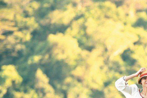 新劇「哇!陳怡君」遠征馬來西亞沙巴12天進行拍攝,導演瞿友寧希望鄒承恩跟陳怡蓉能夠不顧旁人地曬恩愛,下指令要鄒承恩將陳怡蓉抱起旋轉,沒想到鄒承恩竟將雙手鏟進陳怡蓉腋下,以極為尷尬的姿勢旋轉,讓陳怡蓉...