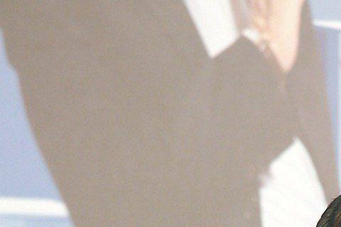 第34屆香港金像獎昨晚舉辦,舒淇當頒獎嘉賓,她一襲白色鏤空裸背晚裝,性感超吸睛。