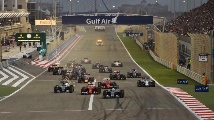 今年FIA規定賽車的底盤須採用金屬護板,當底盤高度設定較低的狀態下,常能看到畫面...