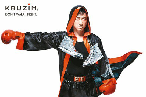 「音樂頑童」的童心只用在音樂與運動。曾擁有千雙運動鞋的他,與美國品牌「KRUZIN」跨界合作邁入第3年,哈林擔任設計總監,打造出今年春夏新款,他還親自拍攝5款概念造型主視覺,包括阿瑪迪斯和拳王等,拳...