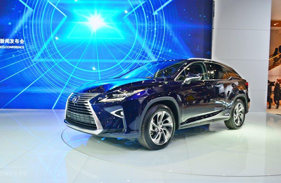 台灣官方對油電購車補助優惠限縮,LEXUS銷售大受影響,RX推出的小排氣量油電車RX 200t,未來或有可能重新納入減稅優惠之列。 記者趙惠群/攝影