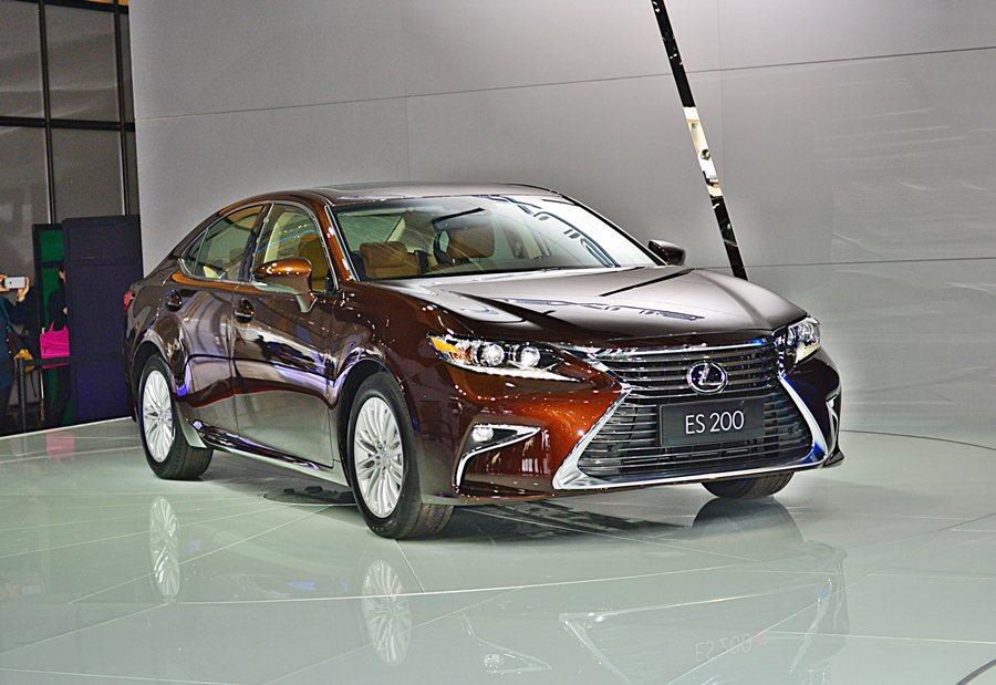 2016年改款ES,加掛一具全新的2.0升缸內直噴動力,增加ES200新車型。 記者趙惠群/攝影