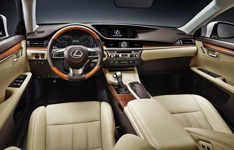 內裝四種色調與風格可選擇,另全面提升座艙的華麗感,大上維持既有的設計,但換上新材質,圖為ES300h內裝。 Lexus提供
