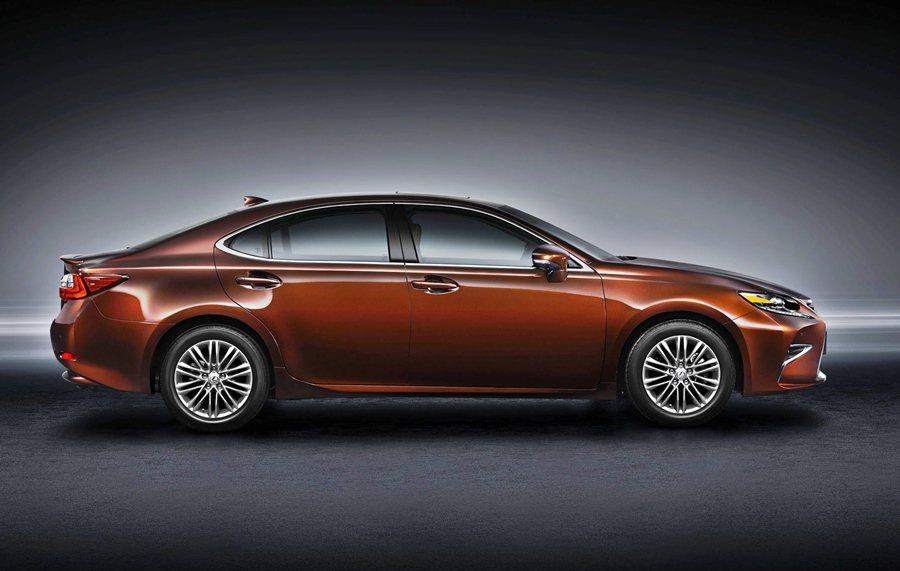 從車側看去,ES有更修長的車型,車頂線條向車尾垂墜,另配有兩種不同設計風格的17吋鋁圈。 Lexus提供