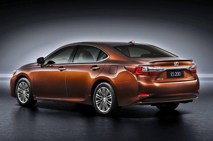 車尾有全新設計L型的尾燈組,車銘牌鈑件上方有全新設計鉻鍍飾條串接兩側尾燈,呈現視覺上的飄浮感。 Lexus提供