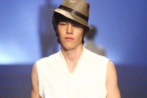 金宇彬是模特兒出身,相信粉絲們應該都知道啦!2008年他登上首爾時裝周「Seoul Colletion」,天生霸氣的台風獲得不少設計師的喜愛。話說宇彬歐初出道做模特兒活動的時候,是用本名「金賢中」喔...