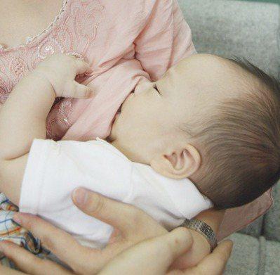 衛生福利部國民健康署大力推動母乳哺育,但近2年母乳哺育率卻呈下降趨勢。 圖/本報...
