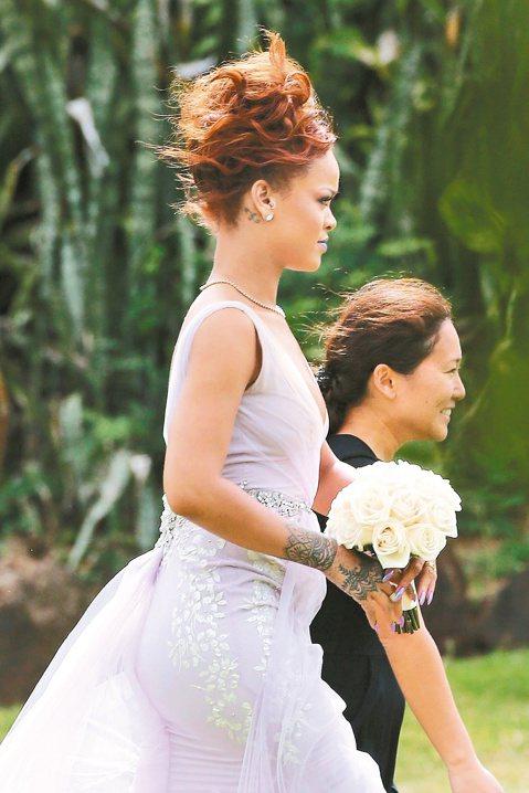 樂壇壞女孩蕾哈娜力挺助理好友珍妮佛,在對方的婚禮上當伴娘,穿著曳地長裙手拿捧花,難得展現優雅。在演出時常有性感造型的蕾哈娜,為助理好友結婚,抽出空檔到夏威夷參加婚禮,在典禮前還發布一支特別製作送給新...