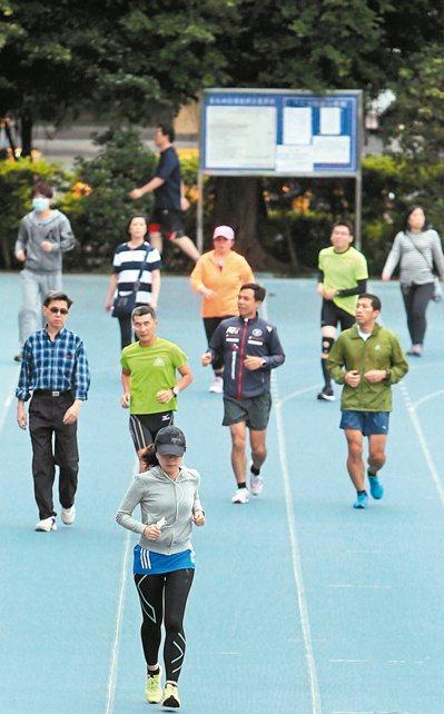 國健署調查,七成六國人每周運動量未達150分鐘,身體活動不足易增加癌症與心血管疾...