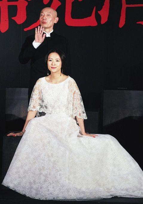章子怡與汪峰日前在香港提出「擬結婚通知」申請,傳出兩人婚期不遠,章子怡21日出席新片「羅曼蒂克消亡史」發布會時,刻意不安排媒體採訪,但在離場時,現場媒體仍蜂擁而上,包圍章子怡。無論媒體詢問她是否已與...