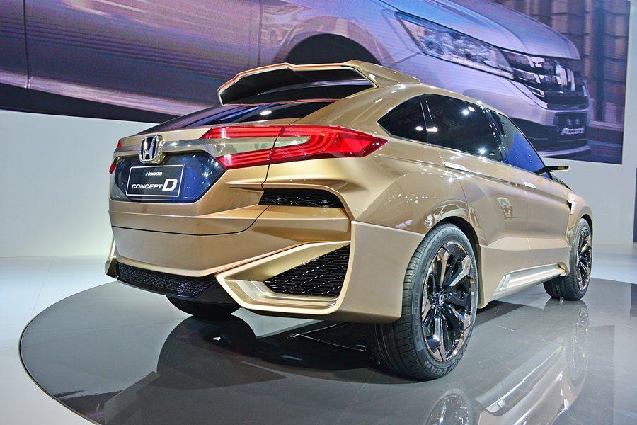 車尾構型和車頭相呼應,後保桿上下和保桿下緣都有網格式散熱孔,LED光條式尾燈也十...