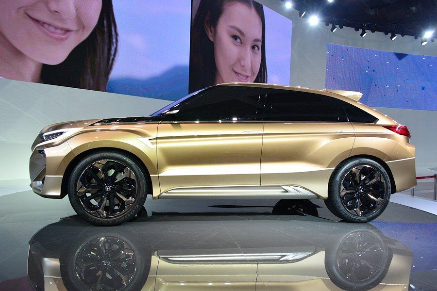 車側也有上下立體雙摺線和內凹的車門鈑件,呈現強勁的肌肉感,並有五爪刀刃式灰黑鋁圈...