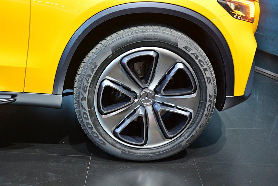 配上21吋的鋁圈與285/45 R 21的大胎,顯露出它越野休閒的性格。  記...