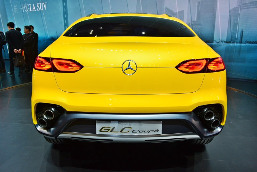 簡潔設計的車尾很有跑格,纖細的全LED尾燈組,以導光條組成,並讓方向燈與煞車尾燈...