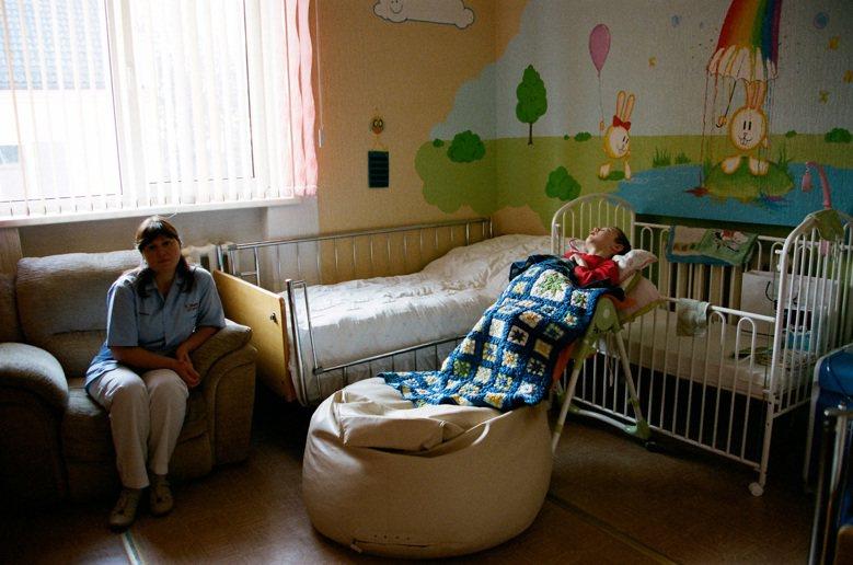 12歲的丹尼斯,已在病床上躺了6年。他被預估10年內死亡。 圖/林龍吟
