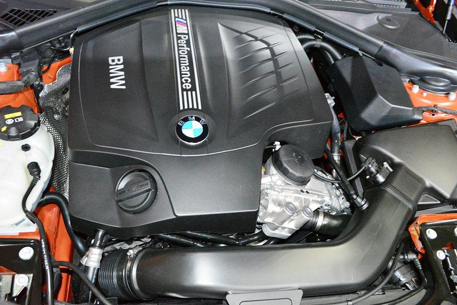 M135i動力為直列六汽缸渦輪增壓引擎,最大德制馬力326匹,最大扭力450牛頓米,並於1,300釋出,時速0到100公里加速僅需4.9秒。 記者趙惠群/攝影