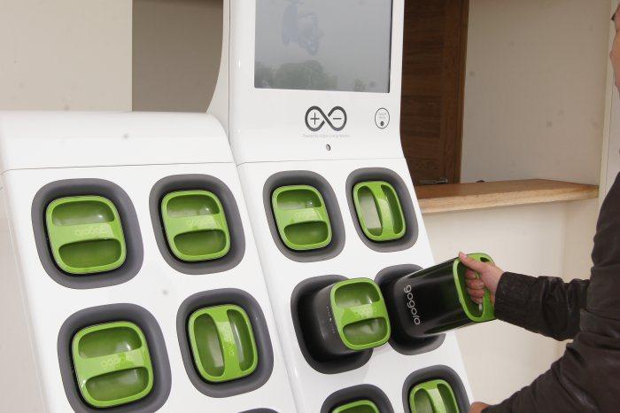 充電站具備1具母機,搭配可同時設置4具子機,提供最多32顆電池交換站。 記者林翊民/攝影