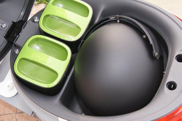 車箱前方為兩具充電電池,箱內採軟殼設計可放入一頂4/6安全帽,亦有LED箱內照明燈。 記者林翊民/攝影