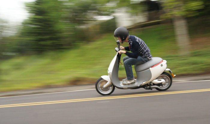 很難想像在如此圓潤的外表下,身藏過人的操控性,高速入彎時懸吊能有效抑制車身晃動,...