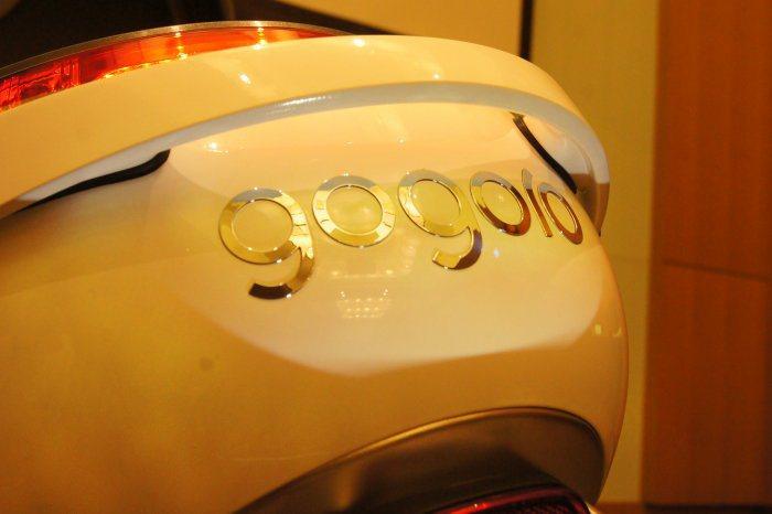 透過LED牌照燈上照設計,除了照亮車牌,也間接替gogoro廠徽打了燈,夜晚相當...