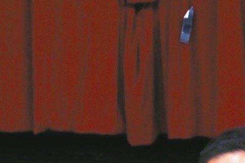戲劇一哥陳昭榮演藝、保健食品事業經營有成,昨應邀前往高雄師範大學演講,分享自出道拍電影、電視劇到創業的人生甘苦談,提到國片蕭條期到進入電視圈之前的人生茫然期,他指出,由於老婆家裡開幼稚園,他一度為生...