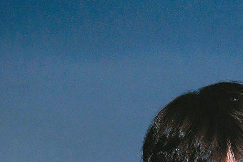 韓星金宇彬今晚7點30分在台大體育館舉辦粉絲見面會,昨午抵台吸引300多位粉絲接機,昨下午記者會,主持人吳建恆向他介紹南韓人來台灣喜歡帶的伴手禮,金宇彬對牙膏最有興趣,緊握手裡不放,還作勢放入褲袋,...