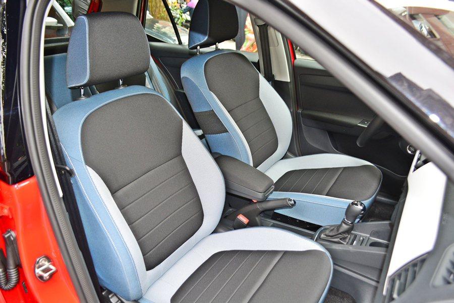 座椅更融合牛仔的三色丹寧布紋設計,是過去或同級車少有的時尚設計手法。 記者趙惠群/攝影