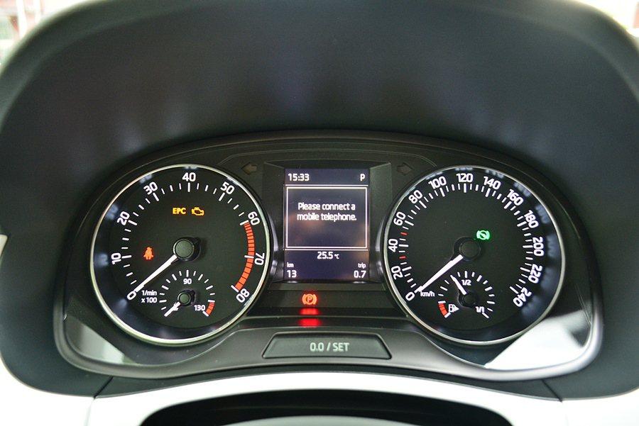 雙環儀表中央有行車資訊顯螢幕。 記者趙惠群/攝影