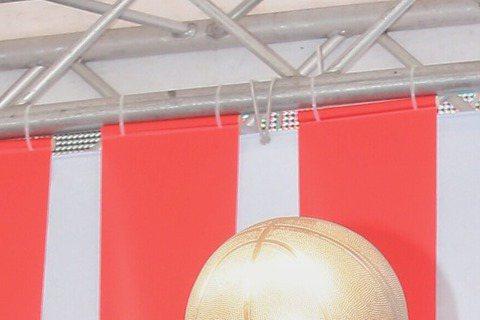吳克群昨在西門町辦「數星星的人」簽唱會,暌違3年推出新作,他情緒激動,但也對近日尼泊爾地震及網路霸凌事件深有所感,他表示,現在都抱持著「珍惜當下」的心情度過每一天,即便是愛情,亦是如此,與何超蓮的甜...