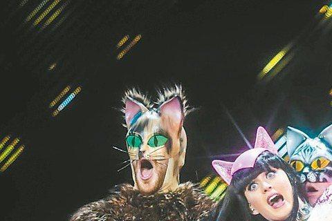 凱蒂佩芮的演唱會大玩造型,粉紅豹紋裝看起來不像粉紅豹喔!
