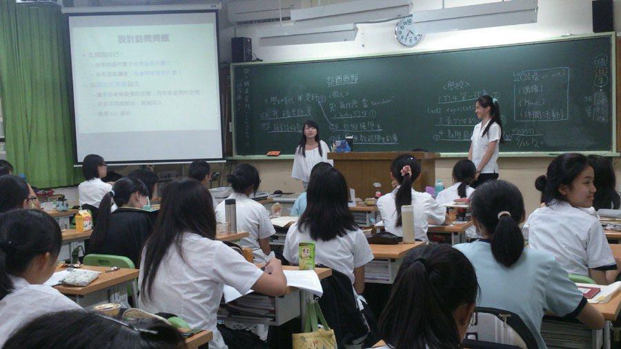 菁菁校刊社社課,除編務,也進修排版軟體。圖/菁菁校刊社提供