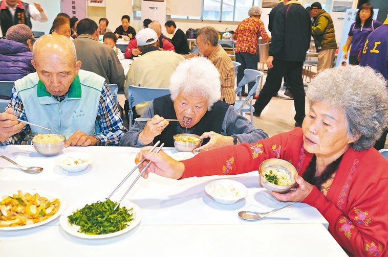 銀髮族追求飲食健康外,也要注意均衡。 報系資料照