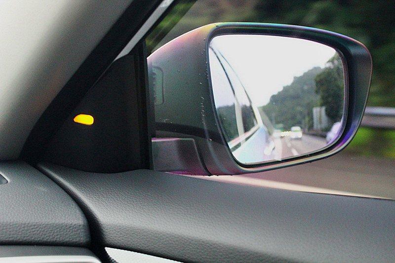 BSW盲點警示透過後視鏡上的攝影,取得車側影像,化解可能發生的事故。 記者趙惠群/攝影