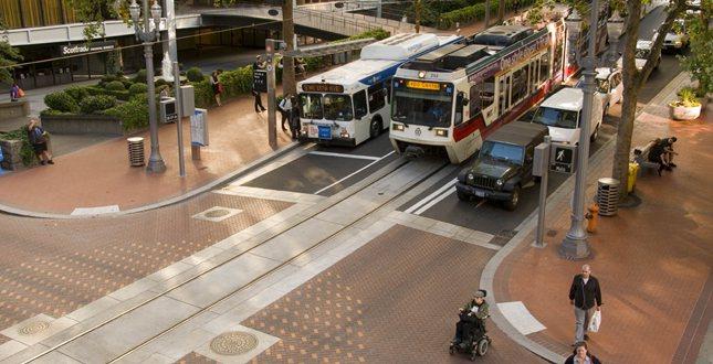 各種交通方式和平並存:大眾運輸、私人車輛,以及步行。 圖擷自American Society of Landscape Architects