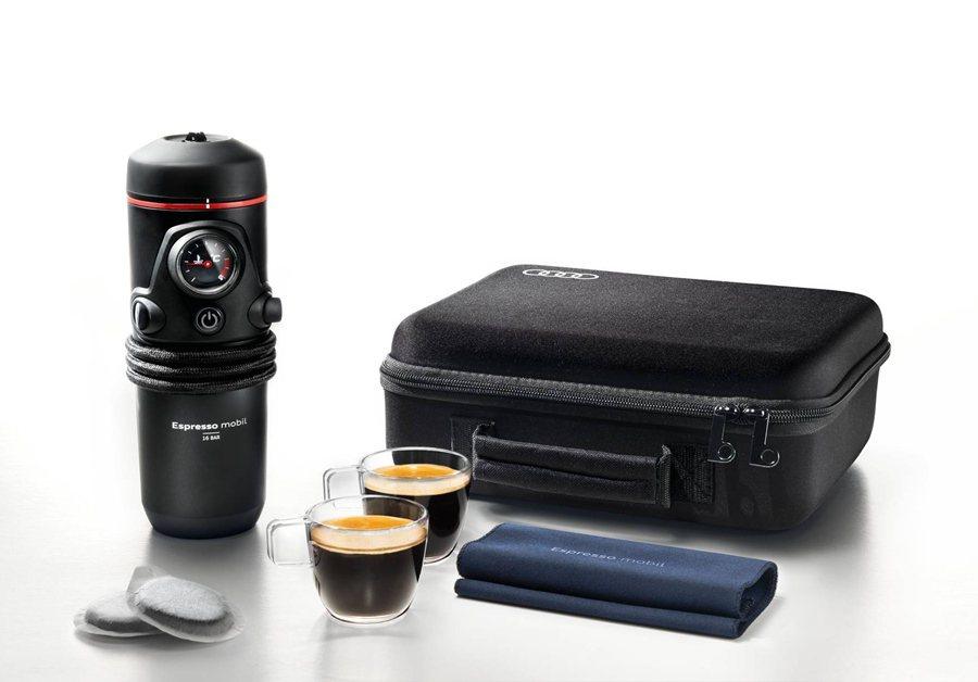 Audi行動濃縮咖啡機,只要接上車內點菸器電源,轉開置杯架後加入開水,再放入咖啡膠囊,按下按鈕即可享有現煮濃縮咖啡。 Audi Taiwan提供