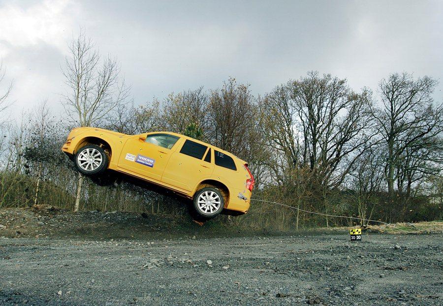 XC90配備衝出道路安全防護系,經由假人與實車測試,模擬事故,透感應器偵測車子晃動和乘客駕駛身體移動狀態,以啟動全車自動緊縮式安全帶,固定員身體。 Volvo提供
