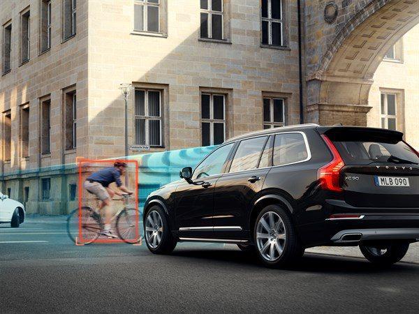 Volvo透過車禍案例分析,用於Volvo車內安全系統的改良與開發。多年來,Volvo車輛已配備籠形安全防護結構,緊縮式安全帶與SIPS側撞防護和交叉路口側偵測與主動煞車系統等。 Volvo提供