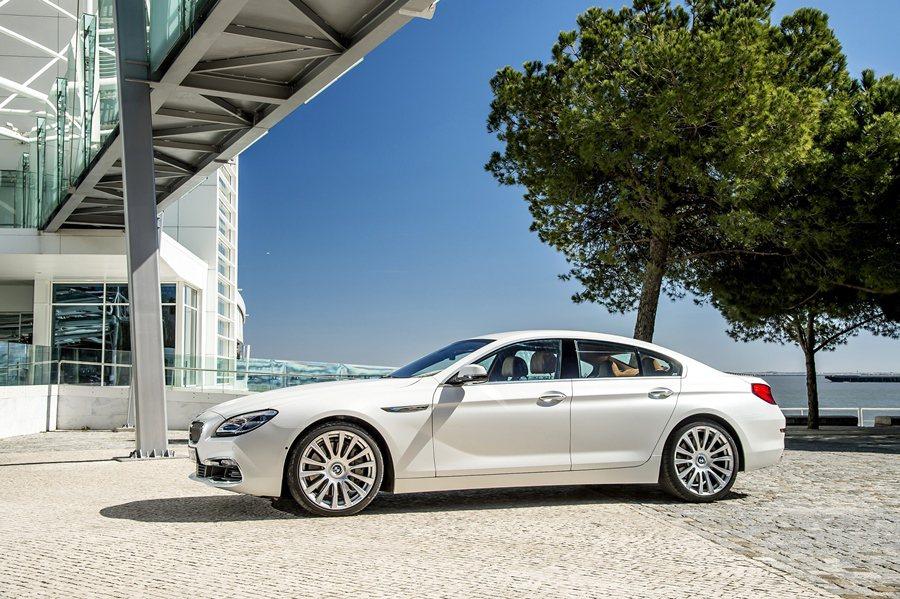 BMW 6系列,全車系標準配備LED頭燈,並將方向燈整合至上方燈眉處,同時搭配位於下氣壩的三點式LED霧燈設計,帶來新的氣象。 BMW提供