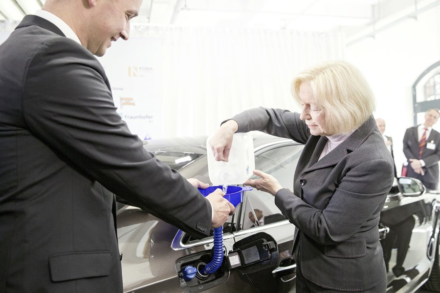 德國聯邦政府教育研究部長Johanna Wanka為她的Audi A8公務車添加數公升的合成柴油,以慶祝這項科技成就。 Audi提供