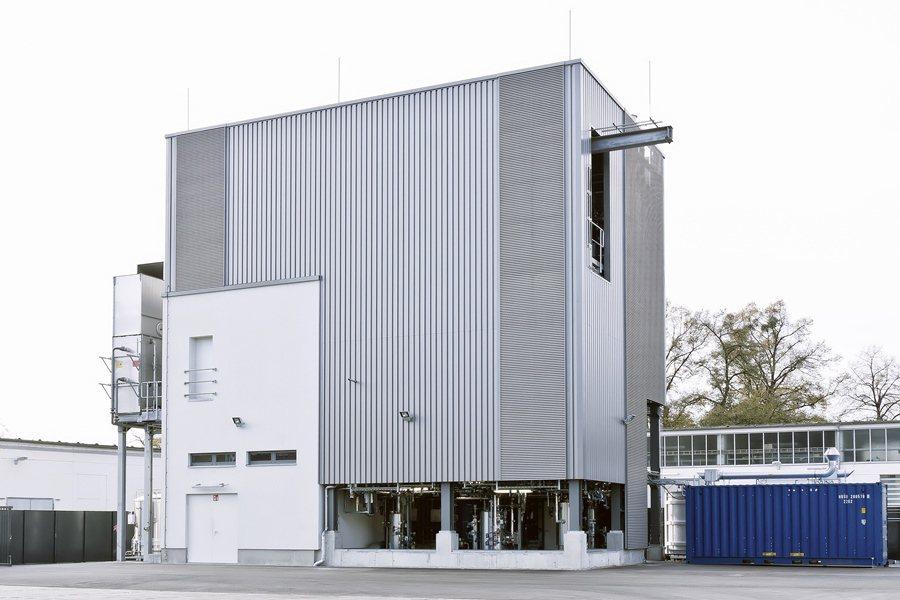 德勒斯登的Sunfire工廠每天大約可生產42加侖的 e-diesel合成柴油,而接下來Audi和Sunfire將建造更大的生產工廠。 Audi提供