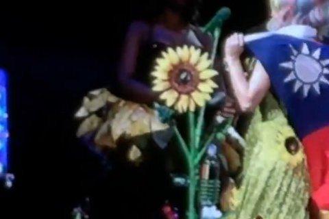 美國天后凱蒂佩芮(Katy Perry)昨以華麗極致的「超炫光」演唱會,作為首度光臨台灣的贈禮,將台北小巨蛋變成一場聲光色俱全的派對。她在演唱會上還披上中華民國的國旗,剛好她的麥克風架是太陽花造型,...