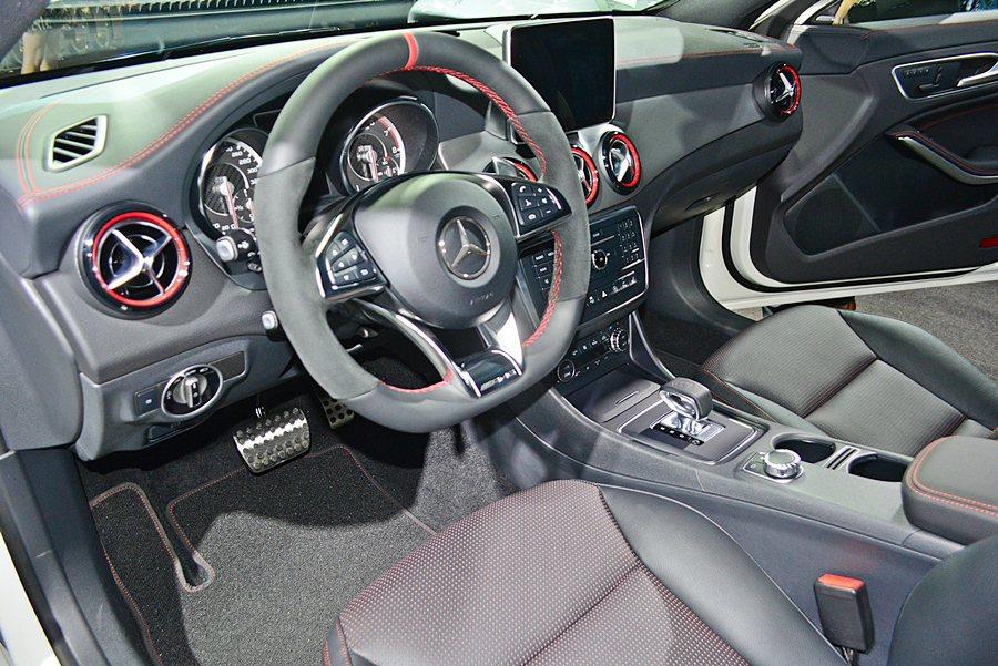 CLA 45 AMG 4MATIC Shooting Brake座艙則再強化熱血元素,除了筒型跑車化儀表板和附上換檔撥片的多功能三幅真皮方向盤,還有以ARTICO皮質與DINAMICA織布混搭的一體式跑車化雙前座椅附舒適套件。 記者趙惠群/攝影