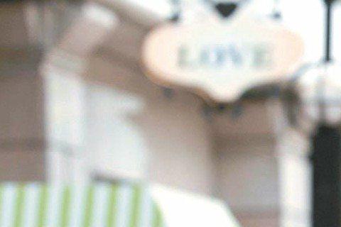 郭采潔日前發「好友卡」給楊祐寧,定調兩人從戀人退回友達關係,兩人接受大陸南都娛樂周刊專訪時,郭采潔坦言「距離和目前的年紀,都是我們分開的因素」,並強調兩人「不會復合」;小兩口鬧分手,恰巧在兩人推出新...