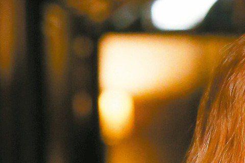 是非不斷的香港歌手鄧紫棋,5月2日將再登台開唱,因為上回來台時,傳大頭症上身,急砍通告,又在上了「康熙來了」後,抱怨與同台人不熟,餘波盪漾。也許真的怕了,據悉明天(1日)她將提早一天來台為高雄演唱會...