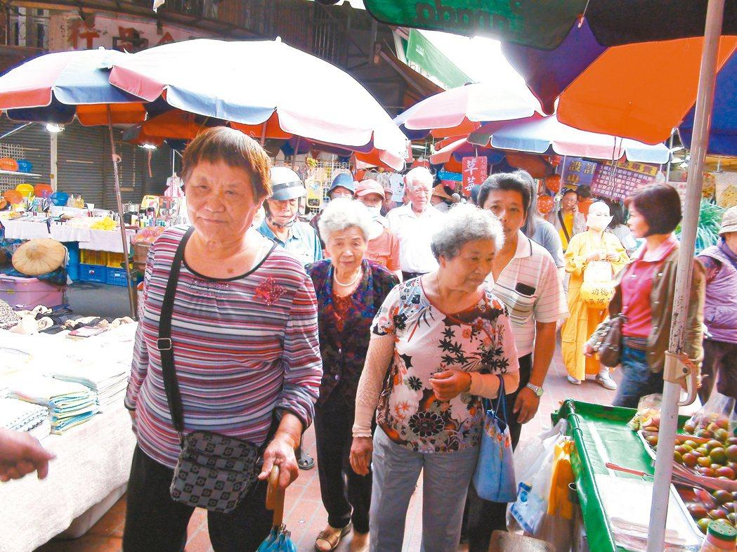 湖山里居民開心揪團搭車去市場買菜。 記者陳雅玲╱攝影