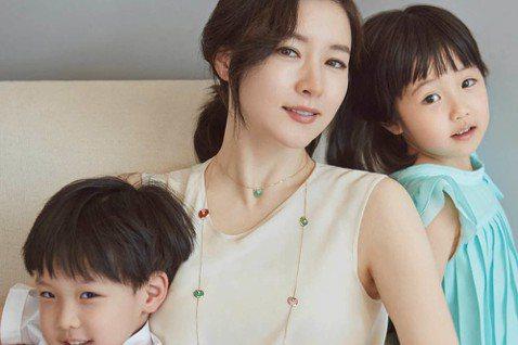 李英愛攜帶一雙兒女亮相生活時尚雜誌《J LOOK》5月號,並與讀者分享了作為兩個孩子的媽媽的感受。李英愛表示:「在過去的20年裡,我作為一名演員生活。而現在的我以兩個孩子的媽媽生活。受到鎂光燈關注的...