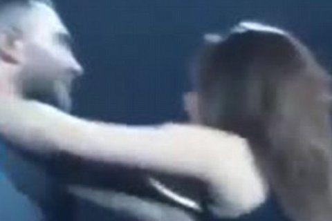 魔力紅的主唱亞當李維(Adam Levine)魅力果然無法擋啊!前天魔力紅在加州開唱,在台上賣力演唱的同時,一名女粉絲突然衝上台,撲向亞當準備要強吻他,還在他反應快即時躲開沒被親到,他也試圖對失控的...