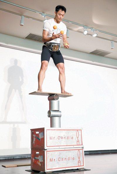 倒立先生黃明正現場展現苦練的雜技,讓觀眾體會堅持夢想的辛苦。 記者高彬原╱攝影